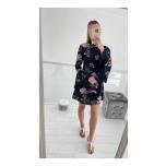 Lilleline laienevate varrukatega kleit