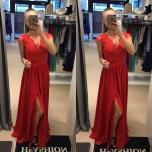 Punane lõhikuga pikk kleit